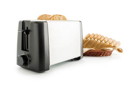 tela algodon: tostador eléctrico dispuesto con rebanadas de pan tostada integral colocados sobre una servilleta de tela de algodón en una cesta de mimbre aislada sobre fondo blanco.