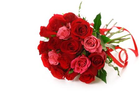 festal: Bouquet di rose rosse con un nastro su sfondo bianco isolato Archivio Fotografico