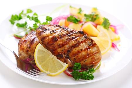 pechos: Pechuga de pollo a la parrilla en un plato blanco