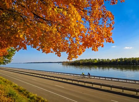 ミシシッピ川に沿って自転車に乗る秋