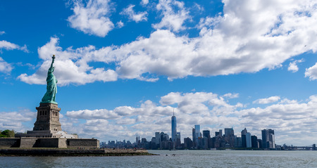 自由とニューヨーク市のスカイラインのニューヨーク市の像 写真素材
