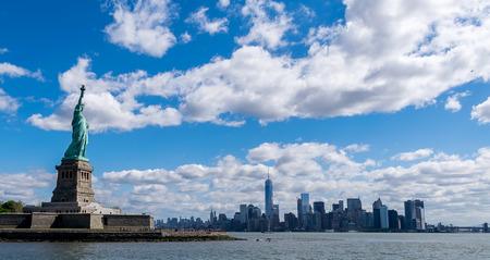 skyline nyc: Ciudad de Nueva York Estatua de la Libertad y Nueva York City Foto de archivo