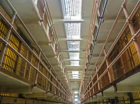 샌프란시스코, 캘리포니아 미국 - 알카트라즈 교도소 일반 인구 세포 에디토리얼