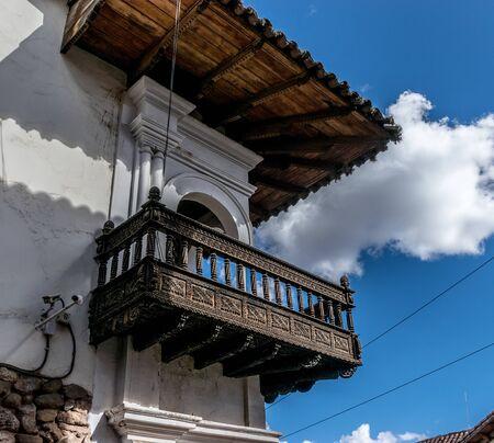 Holzbalkon in Cusco, Peru. Standard-Bild