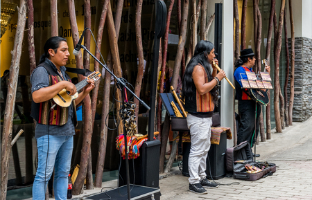 Street musicians playing Eric Clapton in Aguas Calientes in Peru outside of Machu Picchu. Redactioneel
