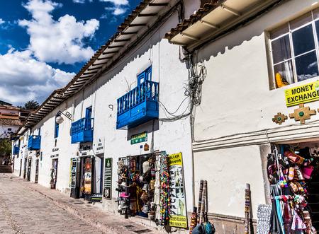 Artisan shops in San Blas neighborhood in Cusco, Peru. Редакционное