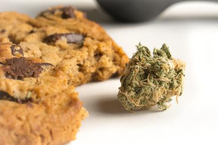 お料理マリファナ クッキー チョコレート チップ雑草クッキー代替医療ハーブとベーキング 写真素材