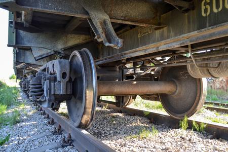 貨物鉄道車のクローズ アップの車輪。ロシア 報道画像