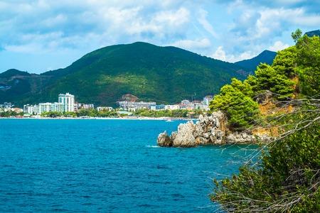 Vista sul mare. Mare e montagne. Mare Adriatico. Montenegro. Vista di Budva