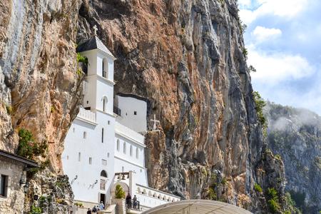 Gebouwen van Ostrog klooster Bovenkerk met mozaïeken. Niksic, Montenegro. Stockfoto