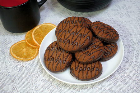 Chocolate cookies on a wooden table. Dessert. close-up. 스톡 콘텐츠