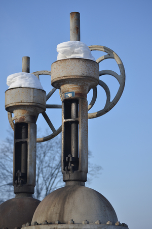 Large vertical valve, valve on the pipeline. Industrial valve in a large system. Russia. Banco de Imagens