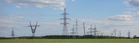 Panorama de la sous-station haute tension. Distribution d'énergie électrique. Silhouettes de pylônes et de tours
