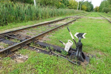 Freccia per cambiare la ferrovia. Vecchio treno della freccia. Frecce della vecchia ferrovia. Ferrovie e freccia. sfondo della freccia ferroviaria.