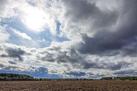 Hermosas nubes en el cielo. Nubes presagiando lluvia. Foto de archivo