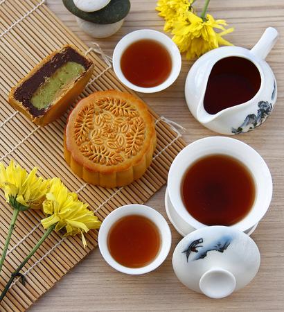 월병과 차, 중국어 중반 가을 축제 음식. 스톡 콘텐츠