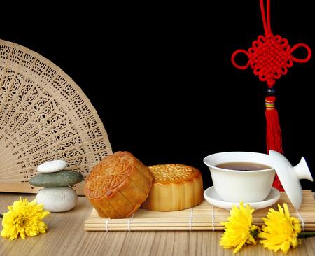 mooncake 및 차, 중국 중 추 가을 축제 음식.