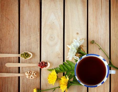 꽃과 주위 차와 차 한잔 나무 배경에 있습니다. 스톡 콘텐츠
