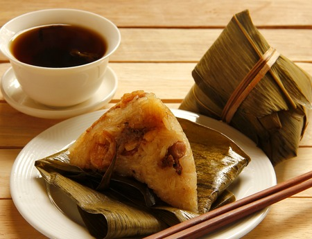 아시아 중국어 쌀만 두 또는 목조 배경에 zongzi