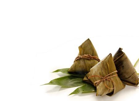 arroz chino: Albóndigas de arroz chinos asiáticos o zongzi sobre fondo de madera Foto de archivo