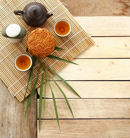 Mooncake, chińskich jesienią żywności festiwalu na drewnianym tle. Deser Koncepcja. Zdjęcie Seryjne
