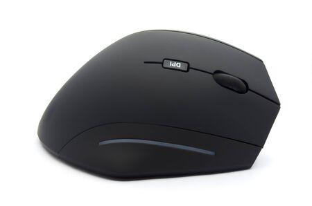 Vue latérale ergonomique de la souris noire sur fond blanc Banque d'images