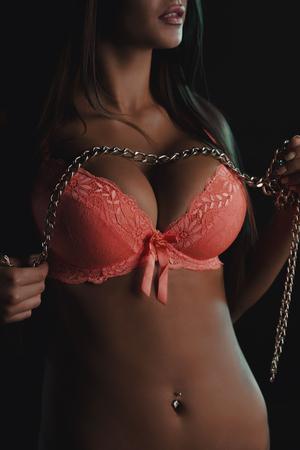 jolie fille: Slim femme posant en lingerie dans l'ombre