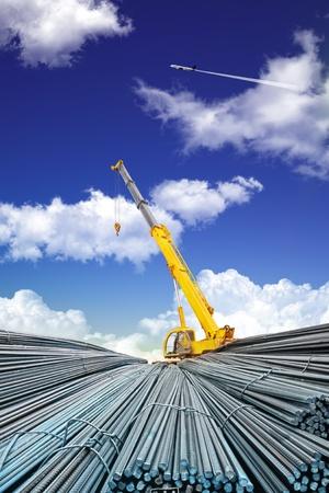 siderurgia: barra de acero deformada y cielo Foto de archivo