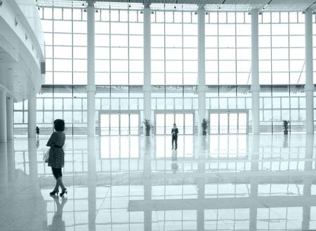 promenader människor i hallen