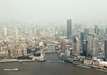 architectonic: SHANGHAI, CHINA - 25 juli: Shanghai stad: Shanghai is gevestigd in de Yangtze rivier-estuarium, is een van de financiële centrum van China. 25 juli 2011 in Shanghai (China)