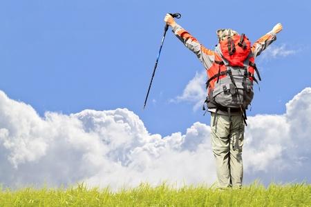 escalando: Escalada en roca en el cielo de nubes hermosas