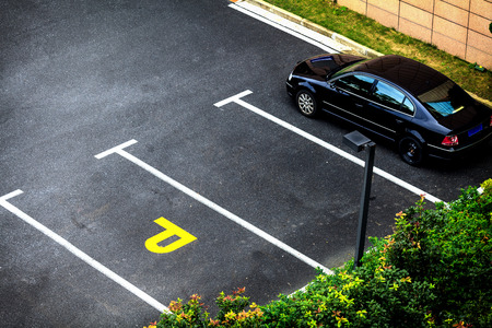 naar beneden kijken: Kijk naar beneden lege parkeerplaats met vegetatie en struiken van boven