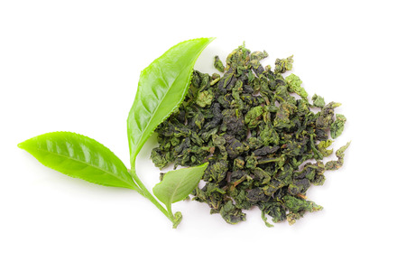 teepflanze: Heap von trockenen Tee mit frischen Bl�ttern des Gr�nen Tees isolierten wei�en Hintergrund. echte chinesische Teepflanzen