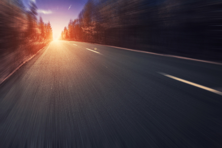 Straße im Wald mit Bewegungsunschärfe