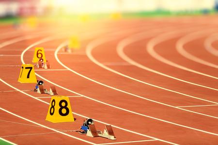 pista de atletismo: el bloque de partida en atletismo Foto de archivo