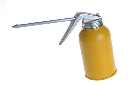 오일 캔은 윤활 장치 용 오일 (보통 모터 오일)을 수용 할 수있는 캔입니다. 오일 캔은 또한 유성 초롱을 채우기 위해 사용될 수 있습니다. 오일러 (oiler)