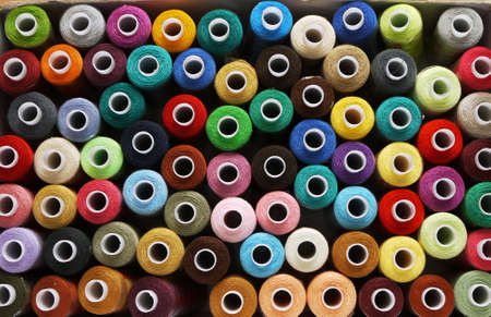 broderie: beaucoup de bobines de threads pour fond color�, broderie,