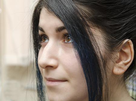 ojos marrones: retrato de una ni�a con el pelo negro y los ojos marrones y la nariz aguile�a Foto de archivo