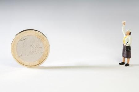 weta: Przysługujące prawo weta. Miniaturowe figurki z ręką w powietrzu skierowaną monety euro, koncepcyjne z weta brytyjskiego ratowania UE oraz propozycji restrukturyzacyjnych. Zdjęcie Seryjne