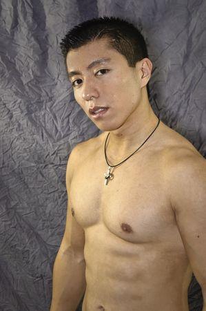 ワイシャツ無しでアジア人の男性