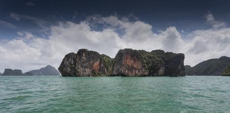 topografia: Islas de piedra caliza con visibles topografía karst en Tailandia junto a Phuket. Foto de archivo
