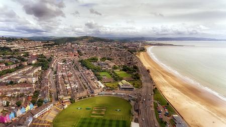 Swansea, VK - 29 juli 2017: Een uitzicht op Swansea City vanaf 'The Rec' met rugby en cricketstad van St Helen, het Patti Pavilion, Victoria Park, Guild Hall en Mumbles Road