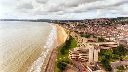 Redactioneel Swansea, Verenigd Koninkrijk - 29 juli 2017: Swansea Civic Center met de raadszalen, het openbare café, de centrale bibliotheek, de tentoonstellingsruimte, de West Glamorgan-archiefdienst en het contactcentrum van de raad. Stockfoto