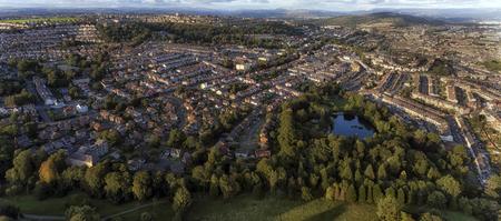 Redactioneel SWANSEA, Verenigd Koninkrijk - 15 augustus 2017: Brynmill Park in Swansea en de omliggende landelijke woongebieden van Brynmill, The Uplands en Townhill met de Brecon Beacons in de verte.