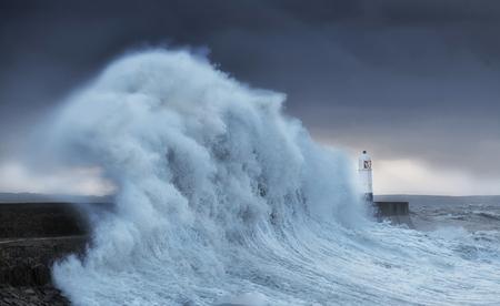 Hurrikan Brian schlägt Porthcawl Colosal Wellen schlagen einen Leuchtturm, wie es zweimal in der Woche Hits leidet, wenn Hurrikan Storm Brian an der Porthcawl Küste von South Wales, UK landet.