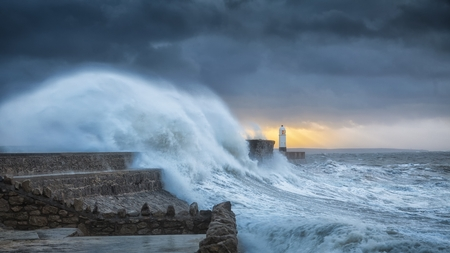 Kracht van de natuur Colosale golven slaan een vuurtoren in beslag als het twee keer geraakt raakt in een week wanneer de orkaan Storm Brian landt op de Porthcawl-kust in Zuid-Wales, VK. Stockfoto