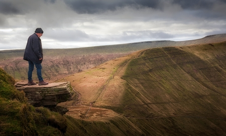 'The Diving Board' this dangerous rocky outcrop is 719m (2360f) above sea level on a peak called Fan y Big in the Brecon Beacons in South Wales, UK Stock fotó - 90819754