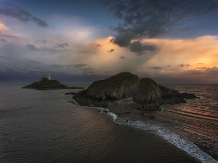 Soft clouds at dusk over Mumbles lighthouse in Swansea, South Wales, UK Stock fotó