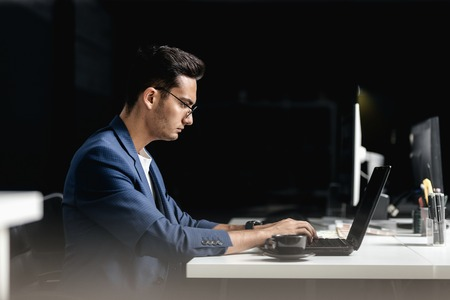 Professional architect dressed  in a business suit works on the laptop in the office 免版税图像