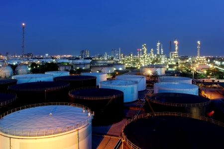 De raffinaderij van de olie bij schemering in Bangkok, Thailand
